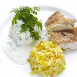 Rødfisk med lime og fennikel Ingredienser 800 g rødfiskefileter 3 1/2 lime 1/2 dl finthakket persille salt peber 1 stor fennikel rørsukker 2 dl fiskefond Energifordeling: Protein: 44,2% Kulhydrat: