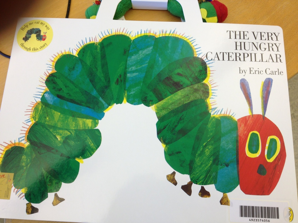 The Very Hungry Caterpillar - som klassesæt i udlån - ekstra stor med larve i info - lille bog med klodser i info - se også den fine tegnefilm på youtube - eller app en The Very Hungry Caterpillar